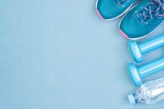 Équipement de forme physique sur le fond bleu Photo libre de droits