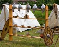 Équipement de guerre et d'autres ustensiles dans un campement celtique antique Photos stock