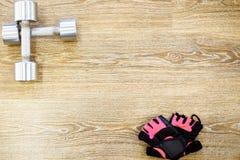 Équipement de gymnase de forme physique Gants et haltères de séance d'entraînement Accessoires de sport photo libre de droits