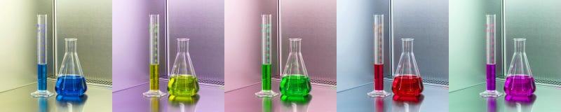 Équipement de laboratoire - flacon erlenmeyer et tube mesureur avec le fluide bleu image stock