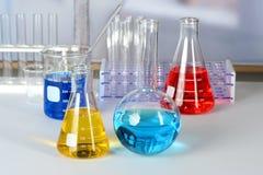 Équipement de laboratoire sur le Tableau blanc Image stock