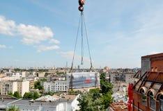 Équipement de levage au toit du bâtiment Photo stock