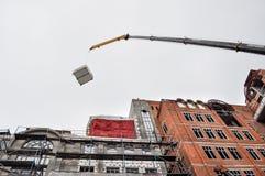 Équipement de levage au toit du bâtiment Images stock