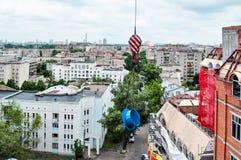 Équipement de levage au toit du bâtiment Photographie stock libre de droits