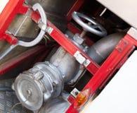 Équipement de lutte contre l'incendie sur le camion de pompiers rouge Images libres de droits