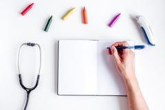 Équipement de pédiatrie avec des crayons, l'espace blanc commun de vue supérieure de fond pour le texte Images libres de droits