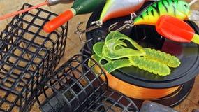 Équipement de pêche sur en bois Image stock