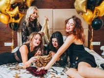 Équipement de paillette de regard de charme de relaxation de filles de mode photos stock