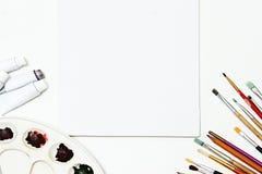 Équipement de peinture et toile blanche vide fond d'art, brosses Image libre de droits