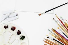 Équipement de peinture et toile blanche vide fond d'art, brosses Photo libre de droits