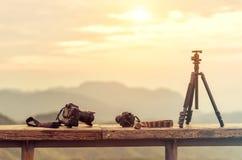 Équipement de photographe de voyage avec le beau paysage sur le Ba photos stock