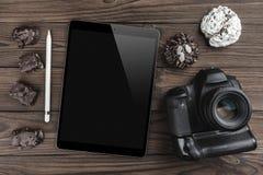 Équipement de photographie, appareil-photo et dispositifs d'écran tactile sur un bureau en bois, bannière plate de configuration photographie stock