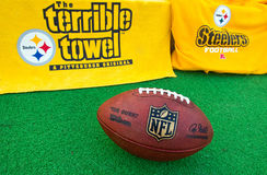 Équipement de Pittsburgh Steelers de NFL avec BAL de fonctionnaire de NFL photo stock