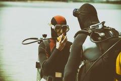 Équipement de plongée de port de couples dans l'eau Photos libres de droits
