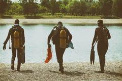 Équipement de plongée de port de couples dans l'eau Photos stock