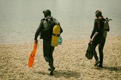 Équipement de plongée de port de couples dans l'eau Images libres de droits