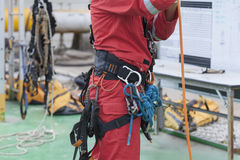 Équipement de port d'accès de corde d'homme d'inspecteur image libre de droits