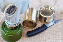 Équipement de protection personnel en cas d'attaque, de nourriture et de masque de gaz Image stock