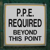 Équipement de protection personnel (PPE) requis au delà de ce signe de point Image stock