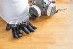 Équipement de protection personnel standard sur la table en bois image stock