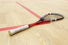 Équipement de racquetball sur le plancher Photo stock