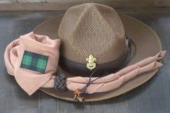 Équipement de scout de garçon sur le fond en bois image stock