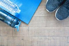 Équipement de sport et de séance d'entraînement sur le fond en bois Photos libres de droits