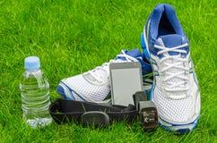 Équipement de sport moderne pour courir sur l'herbe Image stock