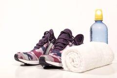 Équipement de sport : Paires des chaussures de sport, de l'eau de boissons et de la serviette Photographie stock libre de droits