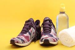 Équipement de sport : Paires des chaussures de sport, de l'eau de boissons et de la serviette Images libres de droits