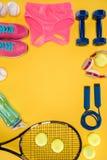 Équipement de sport sur le fond orange Images libres de droits
