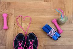Équipement de sport sur le plancher de parquet Photographie stock libre de droits