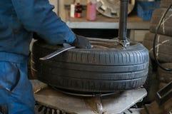 Équipement de support de pneu dans l'atelier Photo stock
