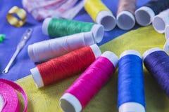 Équipement de tailleur au-dessus du tissu en soie Photographie stock libre de droits