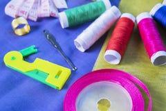 Équipement de tailleur au-dessus du tissu en soie Photo stock