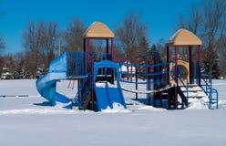 Équipement de terrain de jeu pendant l'hiver Images stock