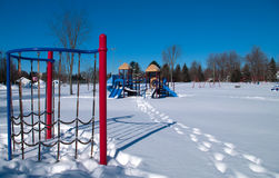 Équipement de terrain de jeu pendant l'hiver Image stock