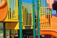 Équipement de terrain de jeu dans beaucoup de couleurs images stock