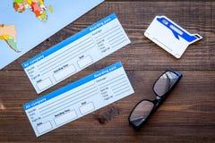 Équipement de touristes, carte, billets pour voyager sur la vue supérieure de fond en bois Images stock