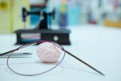 Équipement de tricotage, tricotage en bois et aiguilles de tricotage Foyer sélectif Photographie stock