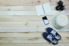 Équipement de voyage de vacances sur le fond en bois de plancher Images stock