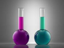 Équipement en verre de laboratoire de la Science avec le liquide flacons avec le colo Photographie stock libre de droits