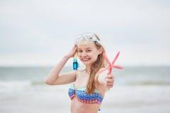 Équipement et étoiles de mer naviguants au schnorchel de Womanwith photographie stock libre de droits