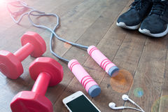 Équipement et accessoires de forme physique sur le plancher en bois, séance d'entraînement Photo stock