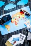 Équipement et appareil-photo de touristes avec la carte pour le voyage avec le woode d'obscurité d'enfants Photo stock