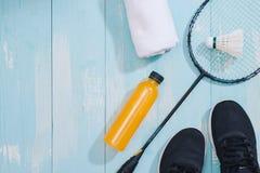 Équipement et chaussures de sport sur le fond en bois Images libres de droits