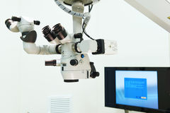 Équipement et dispositifs médicaux dans la salle d'opération moderne image libre de droits