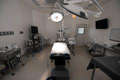 Équipement et dispositifs médicaux dans la salle d'opération moderne de salle d'opération photo libre de droits