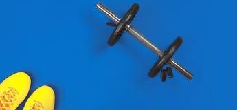 Équipement et espace de forme physique pour le texte sur le fond bleu lumineux Concept de mode de vie de sport avec l'haltère en  images libres de droits