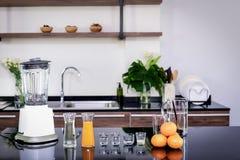 Équipement et matières premières pour faire le jus d'orange, mélangeur, mélangeur, broc, orange, jus d'orange, sirop de sel, disp photographie stock libre de droits